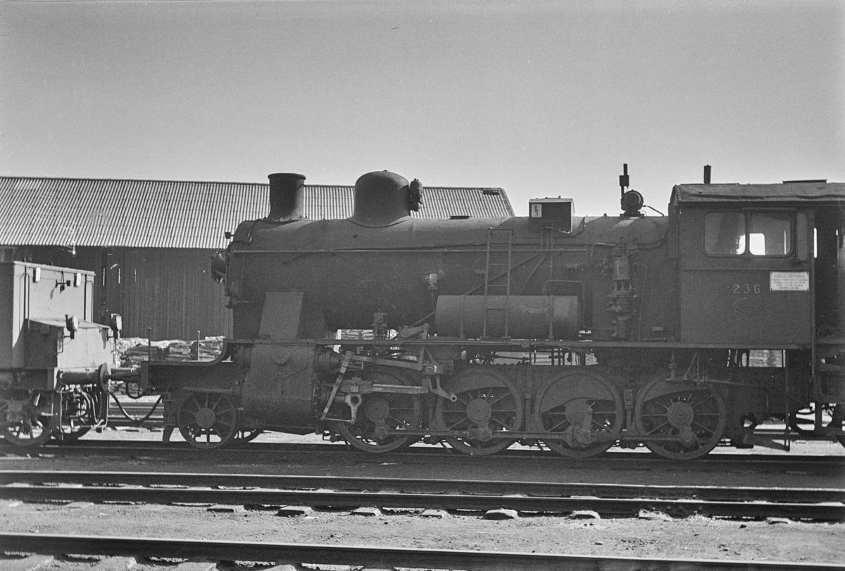 Damplokomotiv type 24b nr. 236 avvventer revisjon ved verkstedet Marienborg i Trondheim.