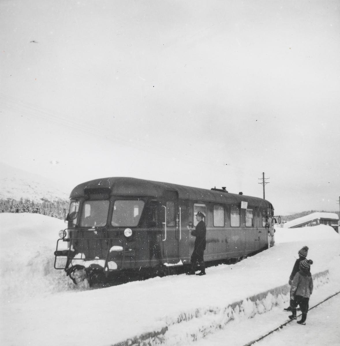 Dieselmotorvogn Cmdo 87 nr. 18306 på Drevja stasjon, muligens i forbindelse med befaring av strekningen Rognan-Røkland.