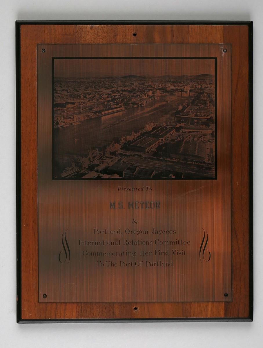Plakett med motiv fra havnen i Portland, Oregon, U.S.A.