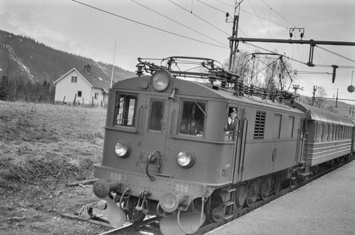 Svensk elektrisk lokomotiv type D nr. 339 med persontog nær Åre i Sverige.