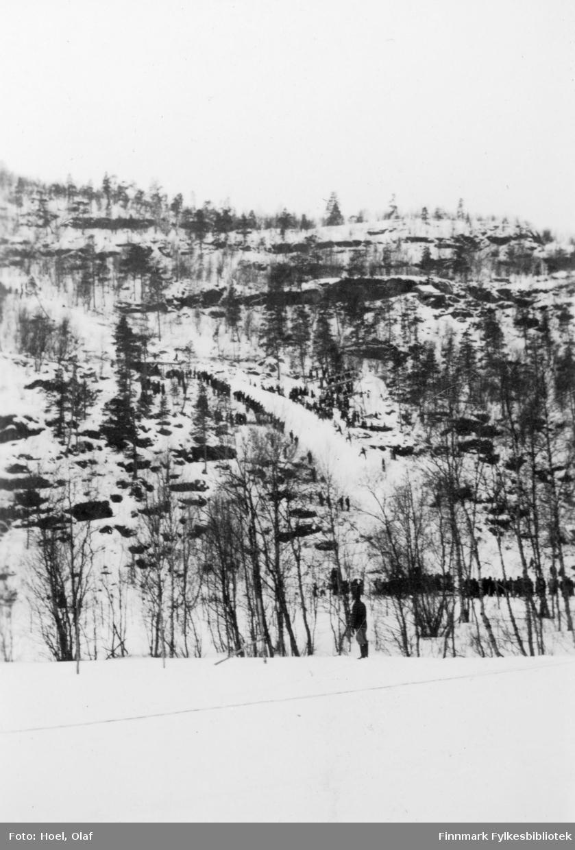 Hopprenn i Alta.  Olaf Hoel (1903-1970) var den første rektoren ved fylkets første gymnas Finnmark off. Gymnas i Alta i årene 1948-1952. Kjell F. Hoel har gitt en liten bildesamling etter sin far fra hans tid i Alta til Finnmark fylkesbibliotek. Olaf Hoel gjorde en pionerinnsats for skolen under gjenreisningen av landsdelen etter krigen.