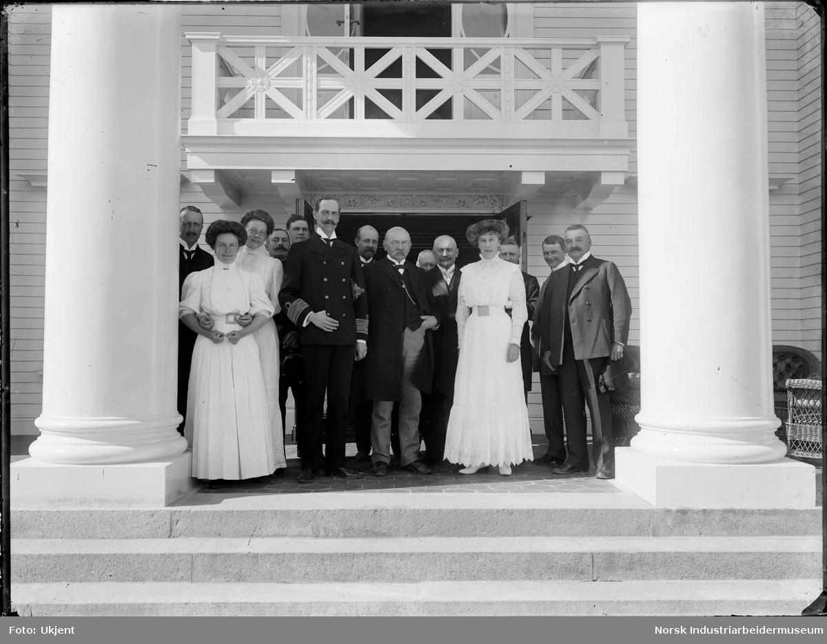 Kong Haakon med flere utenfor Admini.