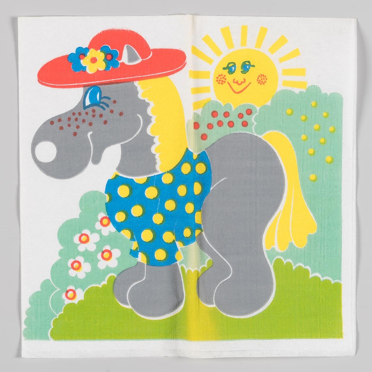 En grå hest med gult hår, hatt og bluse står ved en hekk, der solen titter frem bak.