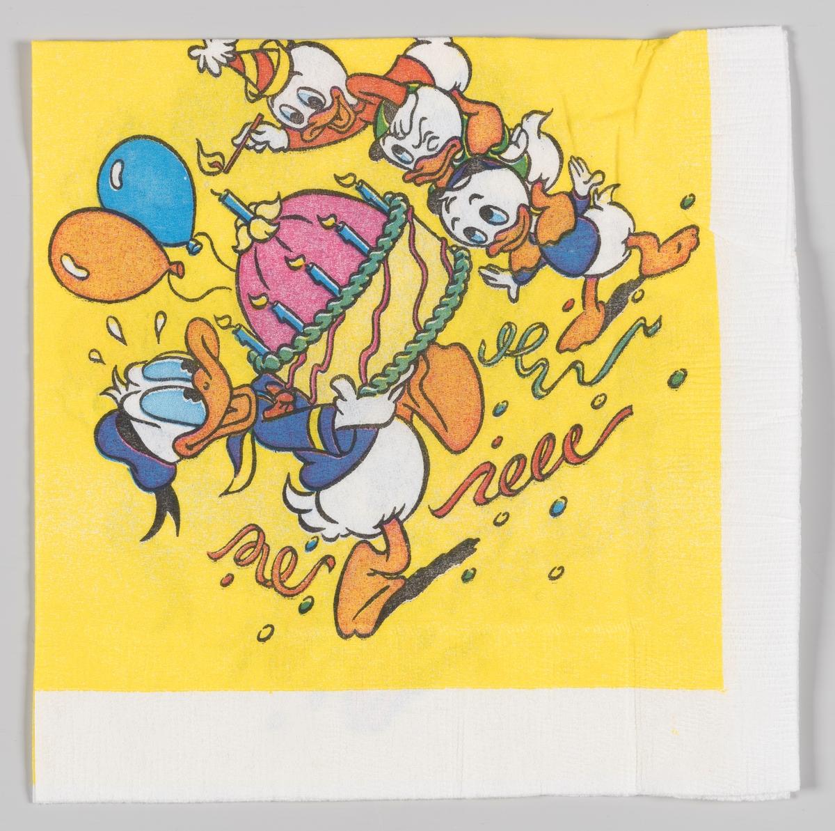 Donald Duck bærer en stor bursdagskake mens Ole, Dole og Doffen ser på