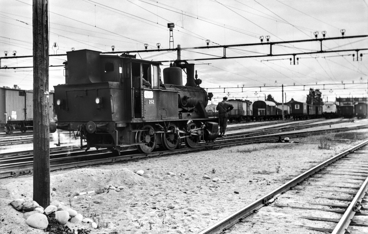 Skifting på Hamar stasjon med damplokomotiv type 25a nr. 262.