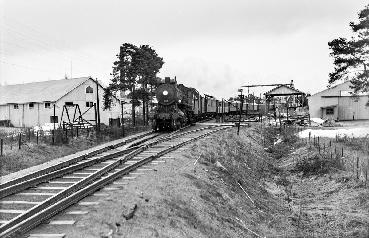Ekstratog 7318 fra Røros i forbindelse med hjemreisen fra påskeferie 2. påskedag, ved sidesporet til Oplandske sag mellom Hjellum og Hamar. Toget trekkes av damplokomotiv type 26c nr. 397.