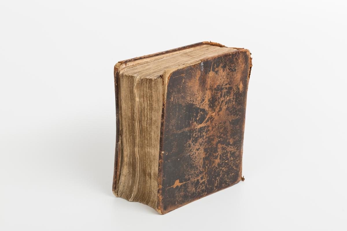 Kirke- og huspostill utgitt av S. N. Steenm Kristiansand. Svært slitt skinnbind, med hull og revner. Tittelblad mangler deler, og er teipet.