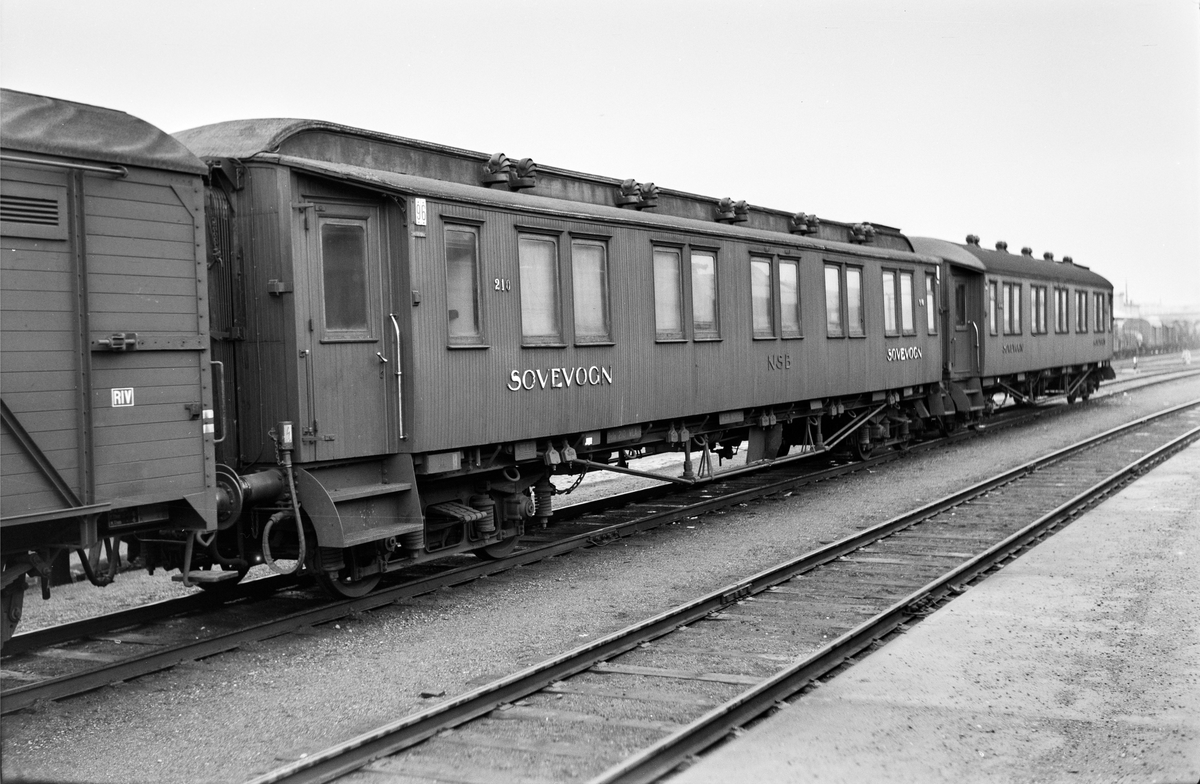 Sovevogner på Trondheim stasjon, nærmest litra WLAo1a type 1 nr. 210.