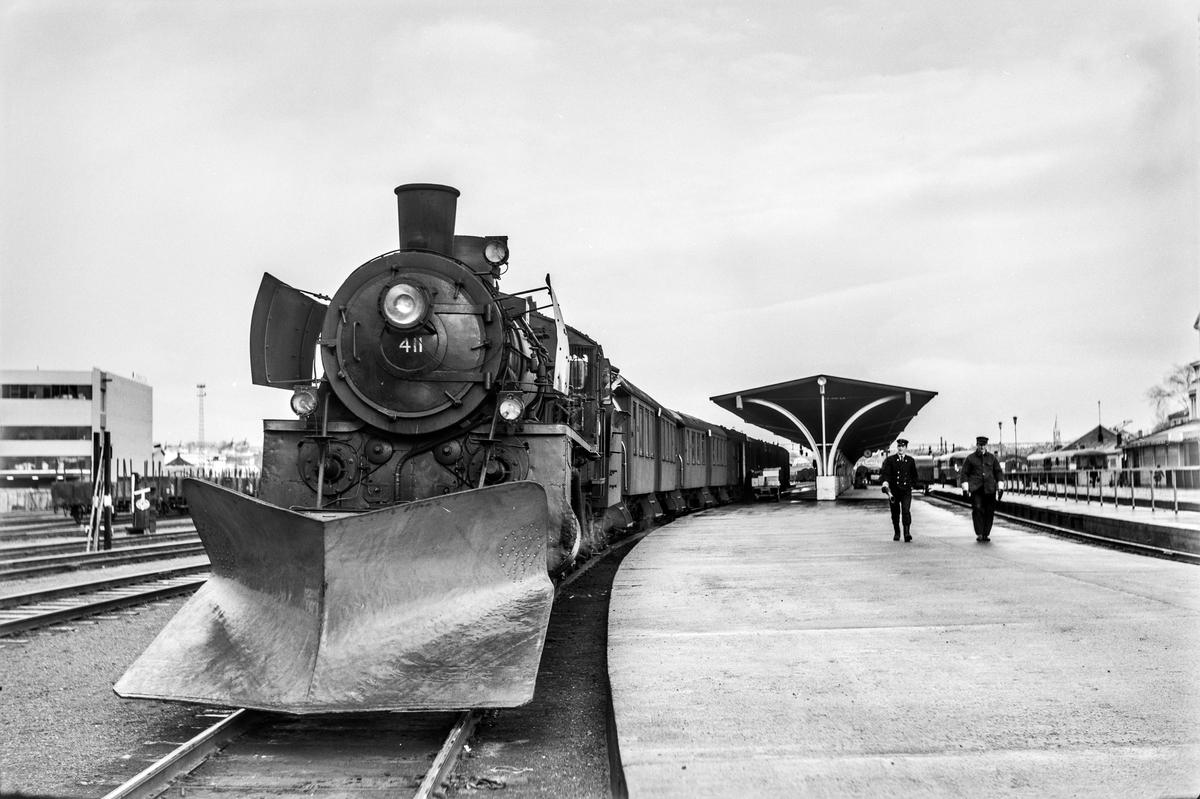 Forstadstog nr. 1728 fra Trondheim til Støren før avgang fra Trondheim stasjon. Toget stoppet på alle stasjoner og holdeplasser og brukte 1 1/2 time til Støren. Toget trekkes av damplokomotiv type 26c nr. 411.