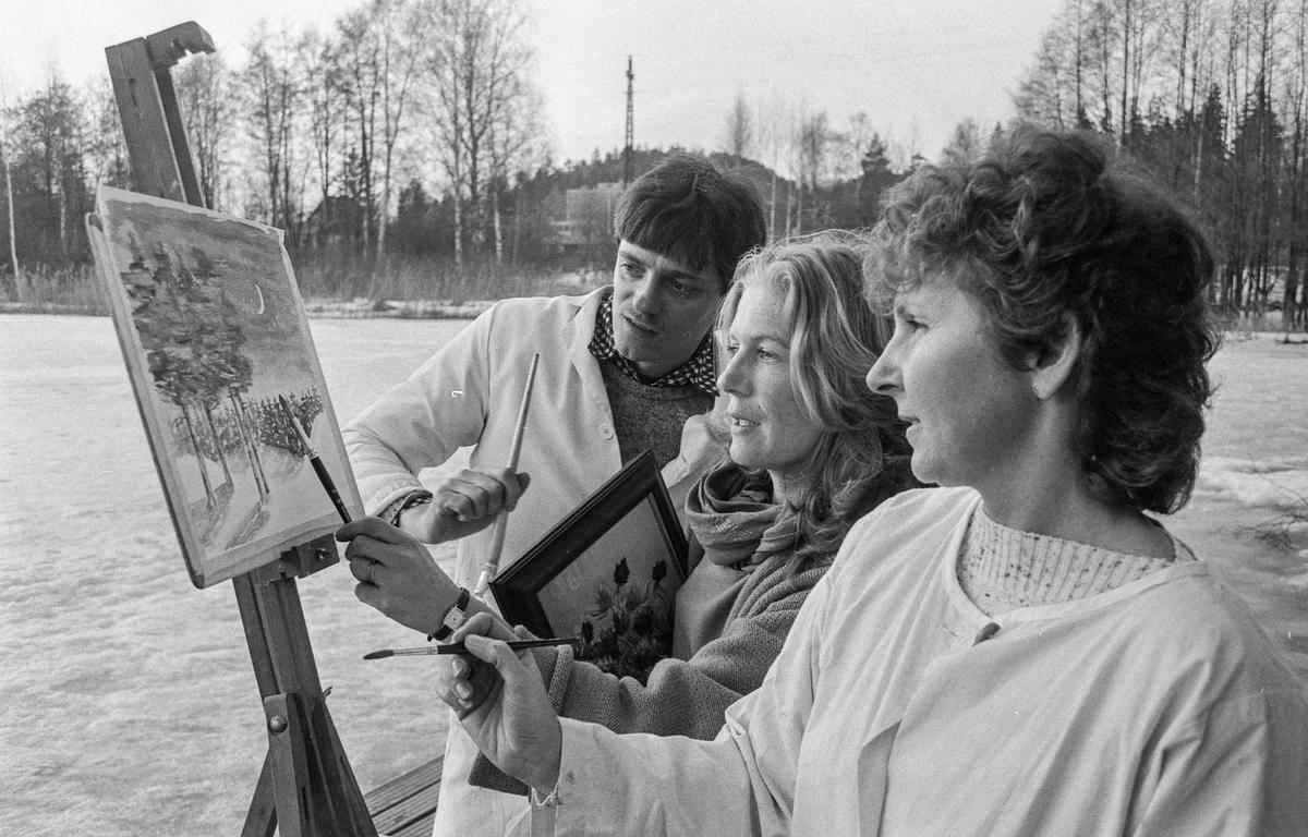 Kolbotn malerklubb, en mann og to damer med pensel forann et staffeli