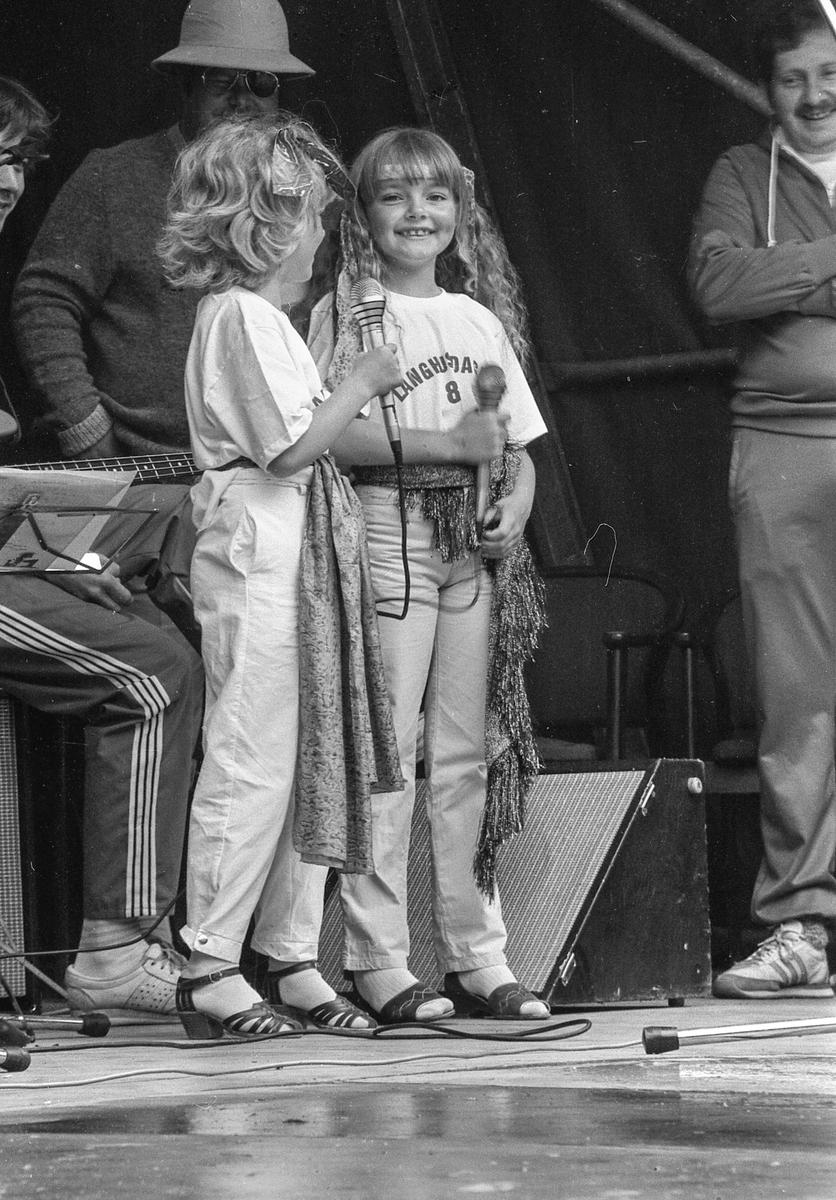 Langhus-dagene 1984. Flere personer, voksne og barn. Fotograf: ØB Treider