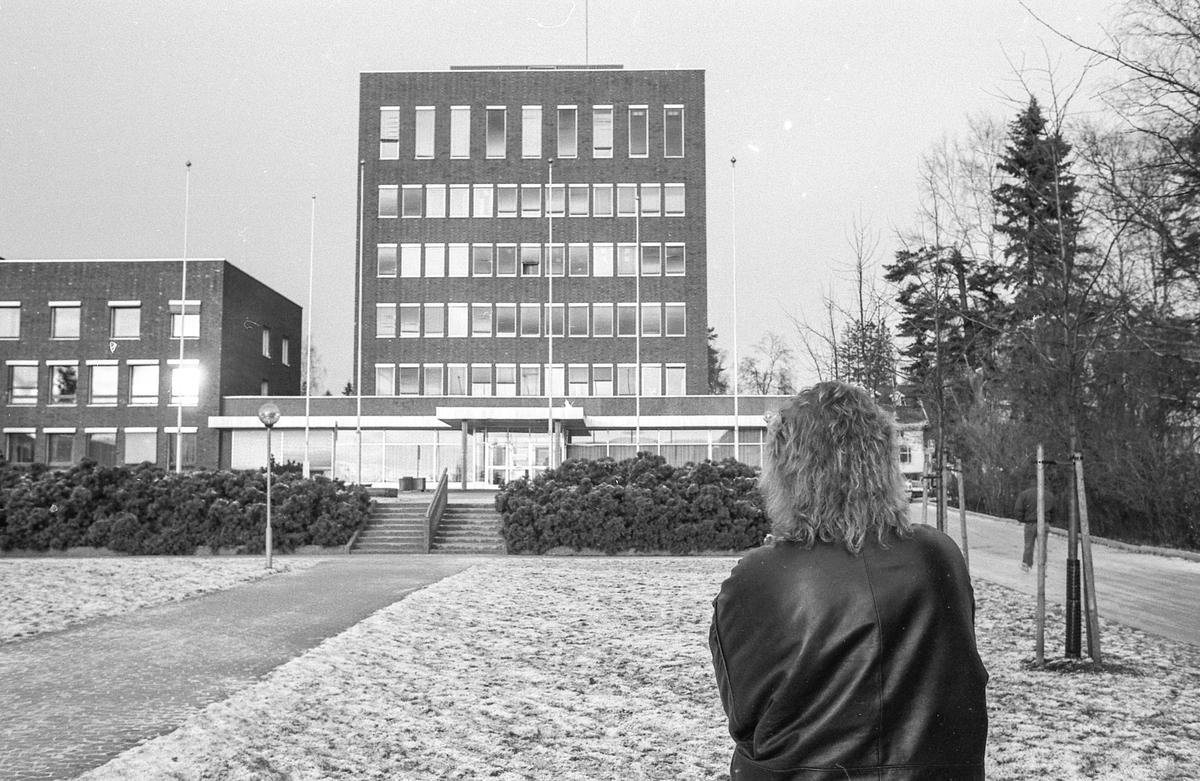 Kvinnelig ingeniør søkte jobb i Ski, fikk ikke svar. Arrangert bilde av dame som står på plenen foran Ski rådhus.