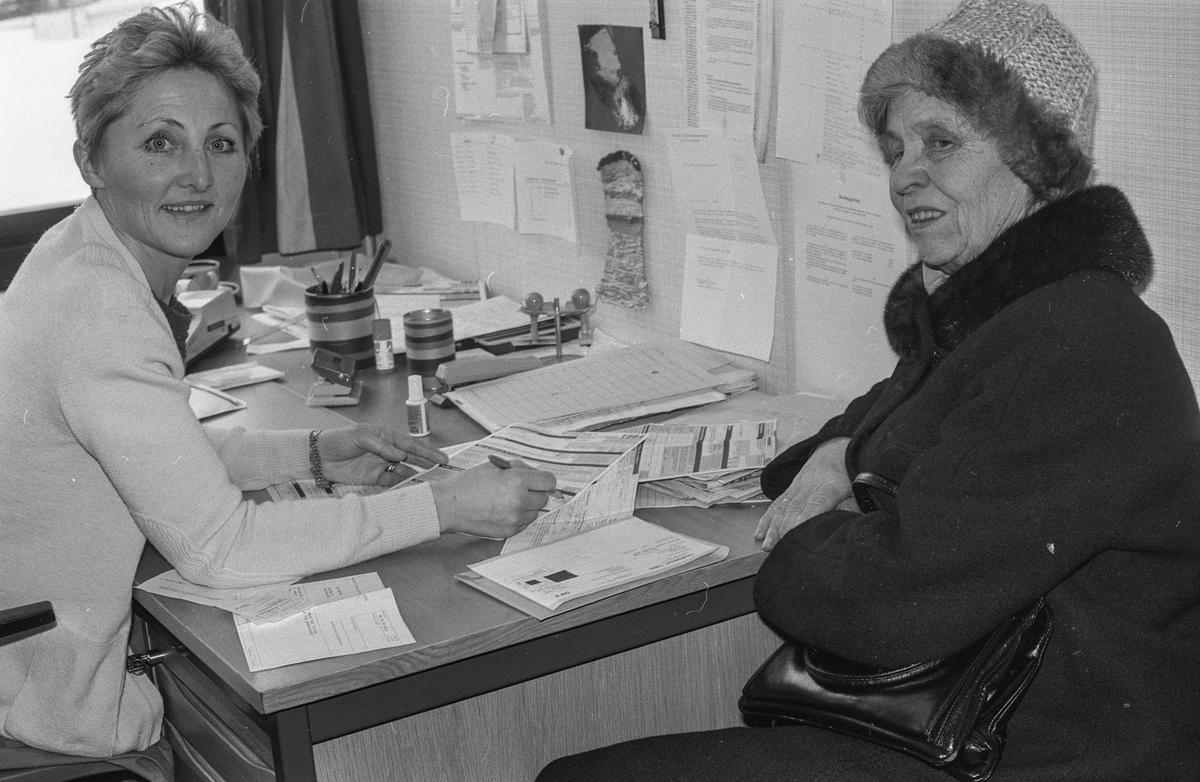 Oppegård ligningskontor, Bente Helene Hauglum hjelper en eldre dame med selvangivelsen.