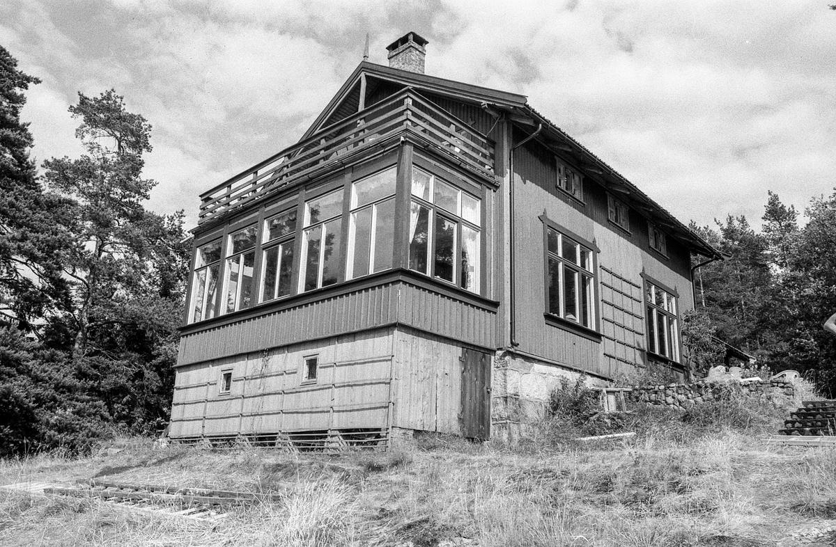Kunstnerhjemmene i Son.  Thornegården fra 1629, her holdt maleren Oluf Wold-Torne til (1867-1919).  I Villa Holland ved Kugrava holdt Søren Onsager til (1878-1946). I huset Pjåken holdt dramatikeren Nils Kjær til (1870-1924). Brødrene Bjarne (1882-1970) og Sigurd Eriksen (1884-1976) og Alf Løvberg (1899-1986) holdt også til i Son.