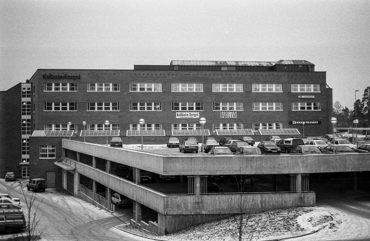 Kolbotntorget med parkeringshus, mange parkerte biler på taket av parkeringshuset. Fotograf: ØB Wolden