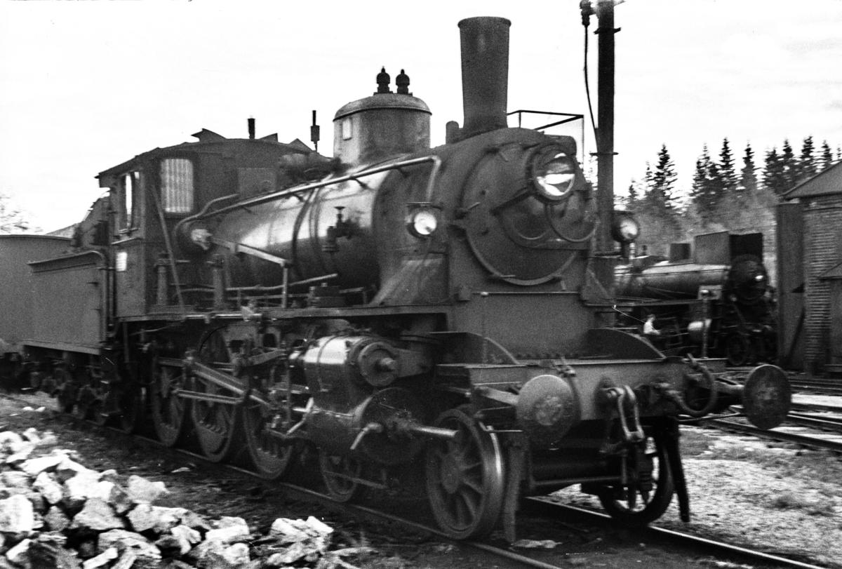 Damplokomotiv type 27a nr. 220 ved lokomotivstallen på Kongsvinger stasjon.