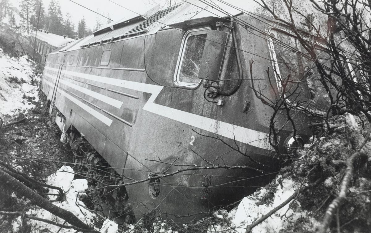Nattoget fra Trondheim til Bodø, tog 455, har kjørt inn i et ras og sporet av. Toget ble trukket av  diesellokomotiv type Di 4 nr. 654.