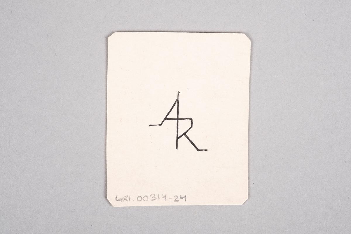 """Håndlaget kort med påført tall og kløversymbol. På baksiden av kortet er det et monogram av initalene """"AR""""."""