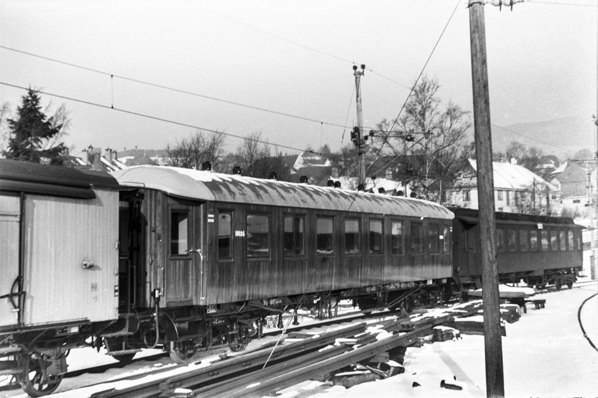 Personvogn litra Bo2b nr. 18135 og Bo3c nr. 920 ved Kronstad verksted. Vognen nærmest er nyoppusset.
