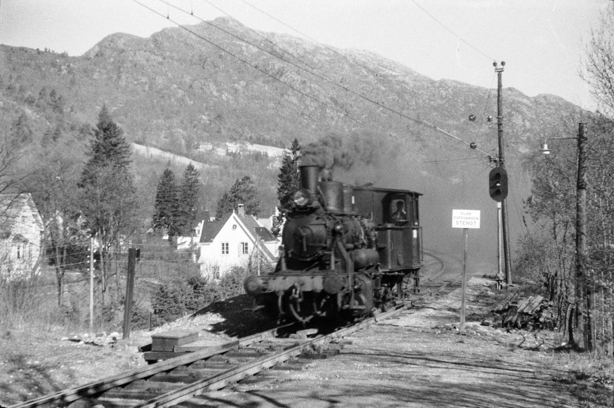 Damplokomotiv type 25d nr. 422 som løslok ved Fjøsanger stasjon.