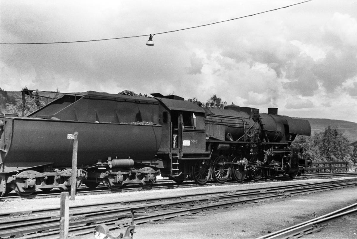 Damplokomotiv type 63a nr. 5848 på Ål stasjon.