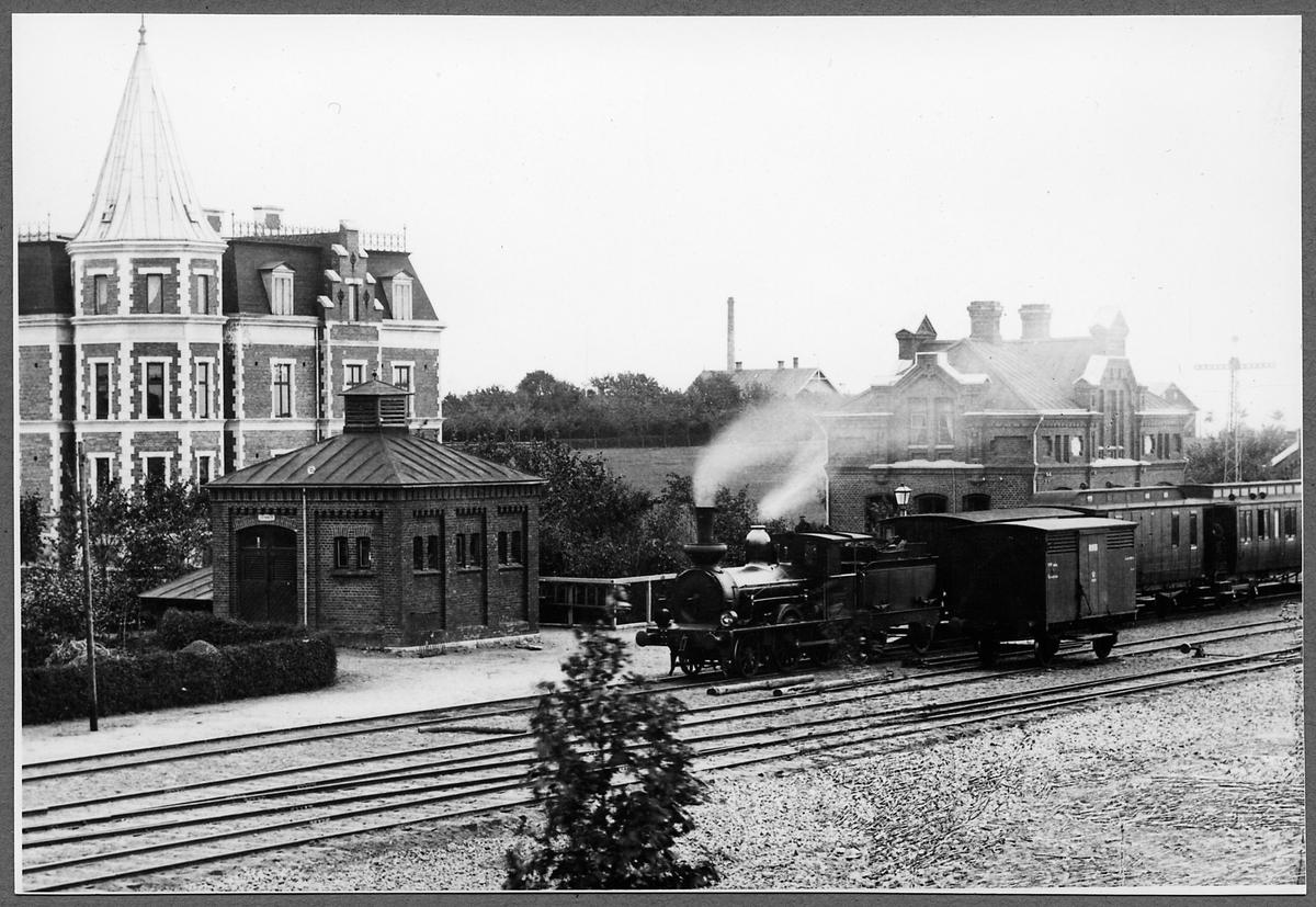 Svalöv järnvägsstation. Ånglok, Malmö Billesholms Järnväg, MBJ lok 2, tillverkat 1885 av Nohab. 1896 övertogs av Statens Järnvägar som SJ VKBa1 468. Det skrotades 1932.