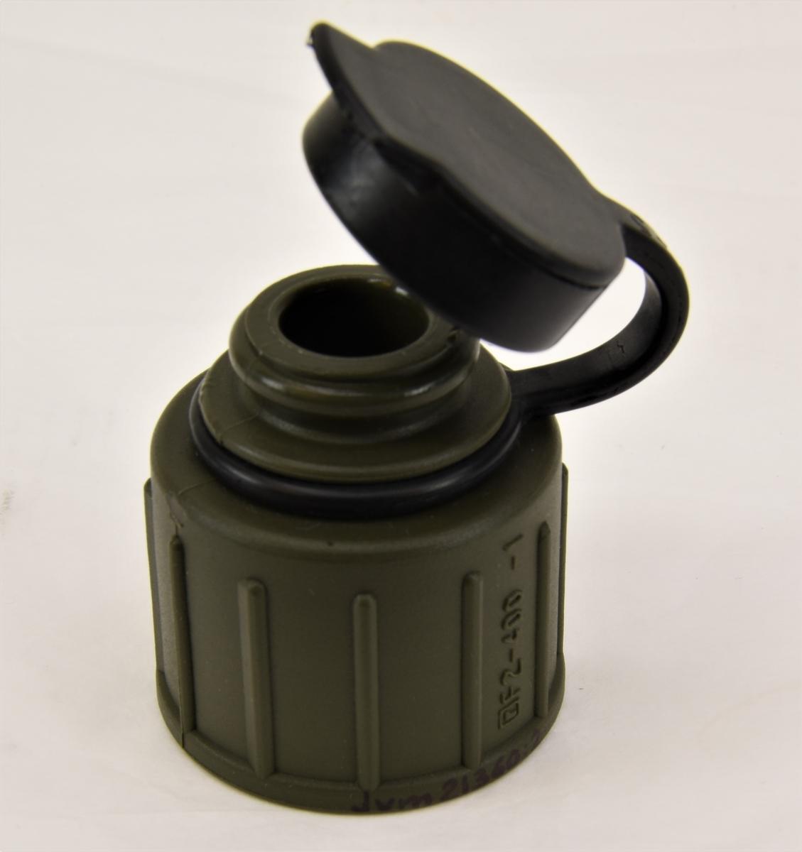 Vattenflaska av rektangulär form, avsmalnad mot hals och tillverkad av genomskinlig plast. Flaskan är märkt med text i relief på framsidan. (:1) Flaskan har en tillhörande grönfärgad kork med dricksfunktion som tillsluts av en svart gummikork med märkning. (:2) Flaskan ligger i ett flaskskydd, ett så kallat C-skydd, av grönfärgad plast i form av en påse som träs på flaskan. Hål för flaskans hals finns är utstansad i plasten. (:3) Till flaskan hör ett blåfärgat fodral med svart fodring. Fodralet är av kvadratisk form och stängs med ett kardborreband fäst på locket. (:4) I fodralet ligger ett spännband med ett lås av plast för fäste av fodralet. (:5)