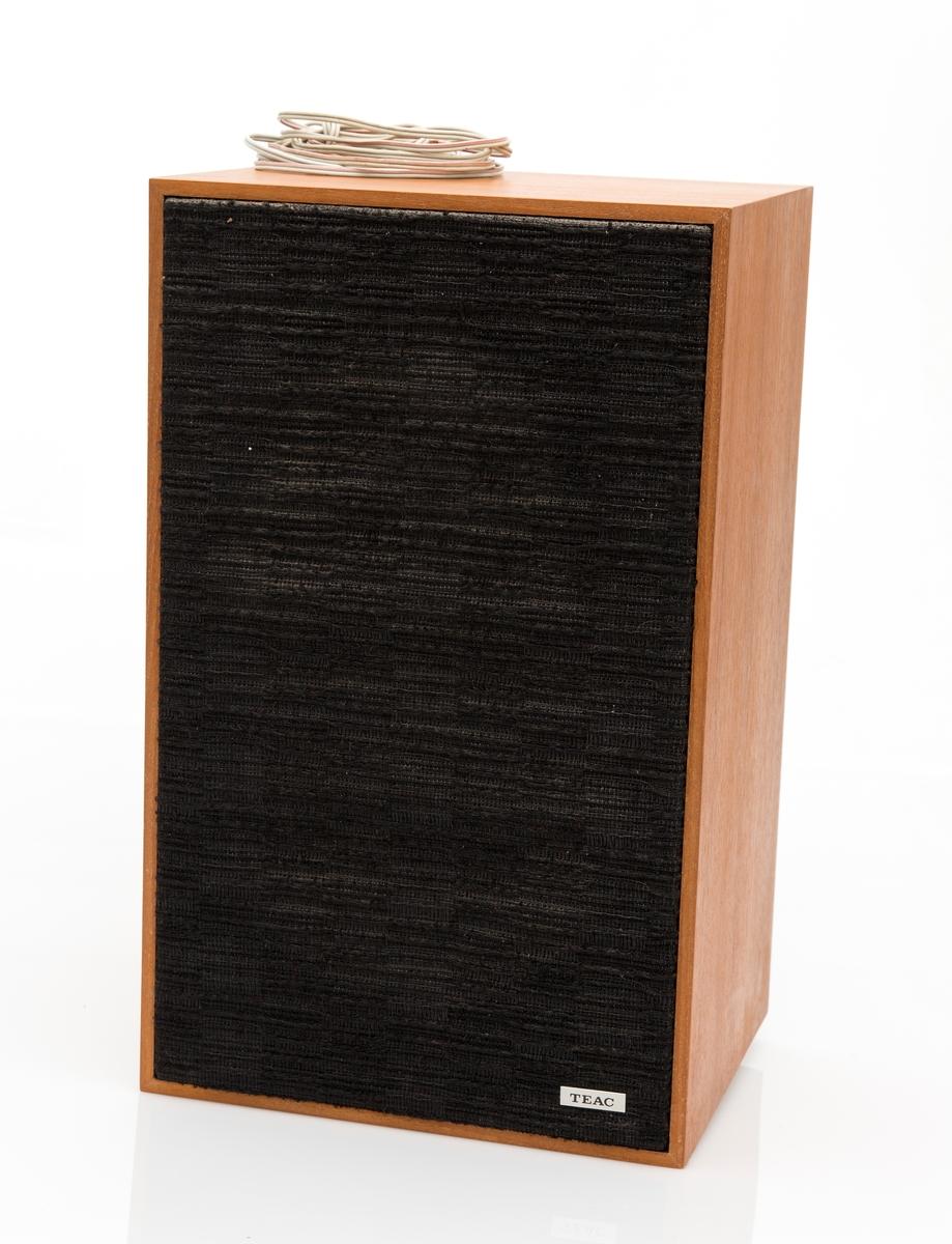 Høyttalersett, 2 stk høyttalere. Kabinett i teak. Mrk TEAC m sort skrift på metallplate i frontens nederste høyre hjørne.