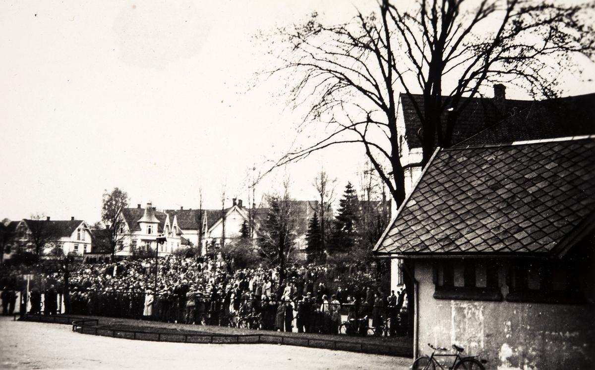 Store folkemengder hilser velkommen hjem til de norske polititropper(Feltbataljon IV) som kom inn fra Sverige våren 1945.