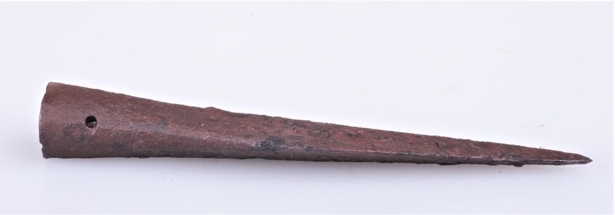 Spydspiss av jern sannsynligvis fra middelalderen. Funnet på Burul.