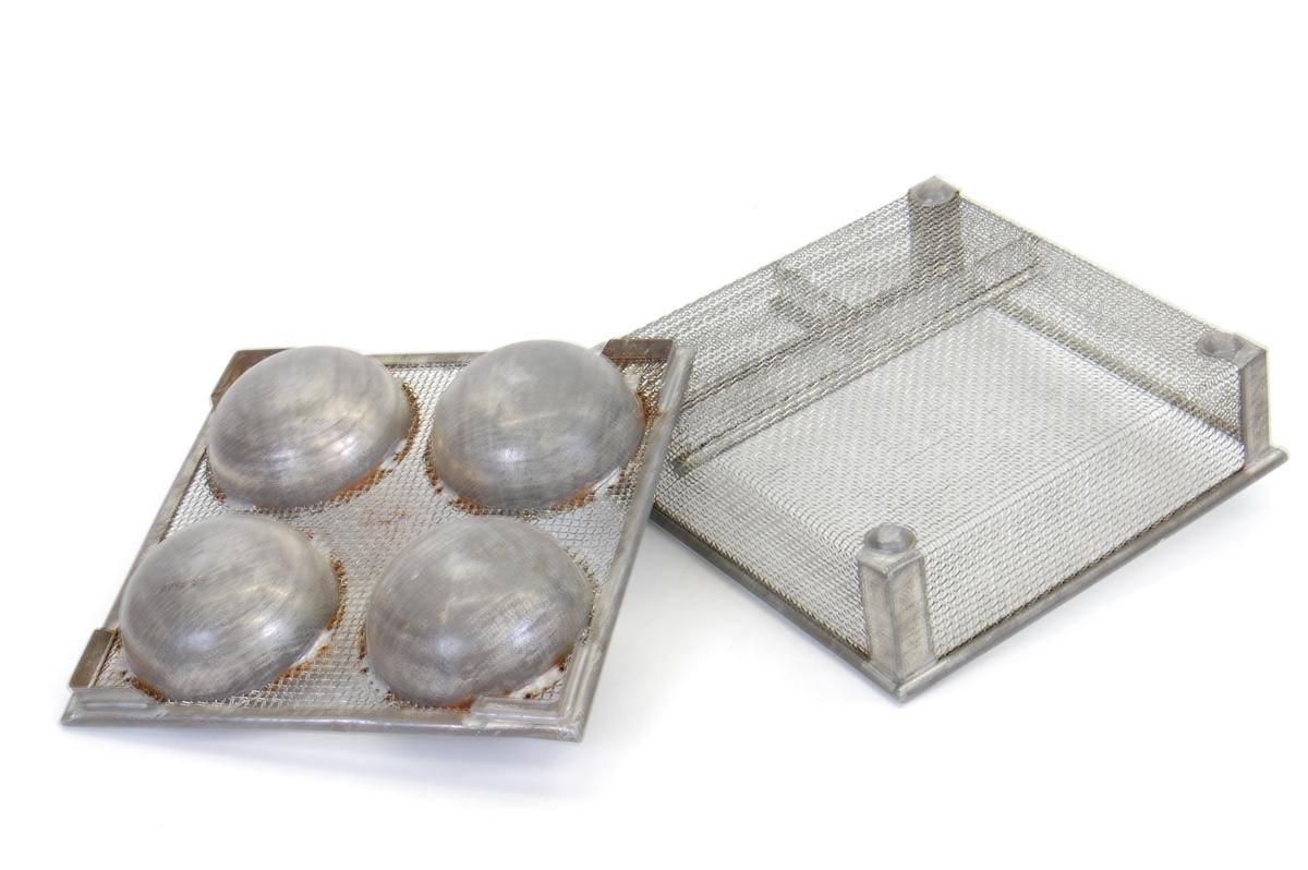 "Form: kvadratisk med fire skåler i lokket og tre rom i ""bunnen"""