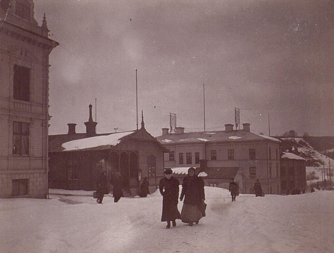 Sollefteå telefonnät omkr. sekelskiftet 1900. Troligen Telefonstation i bakgrunden med telefongaljar på taket.