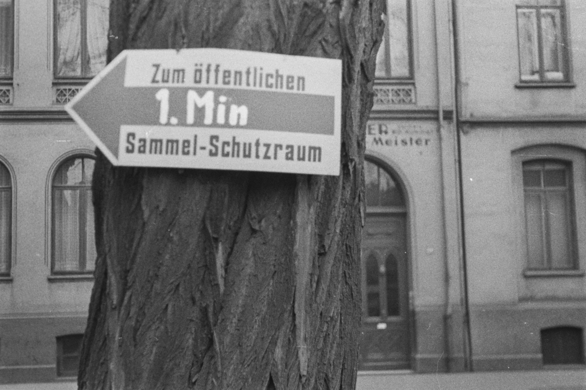 Skilt som viser vei til tilfluktsrom, Schutzraum, i Hannover i Tyskland