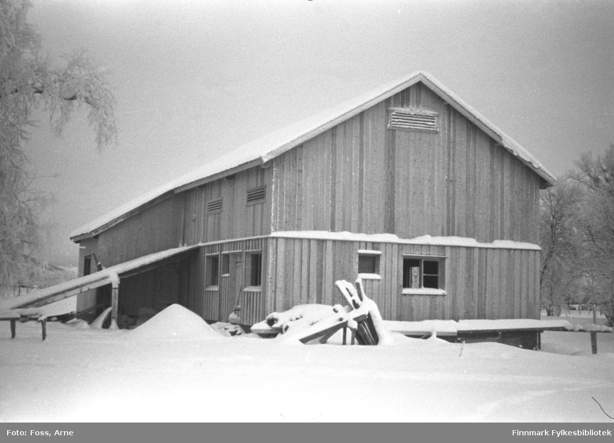 Fire bilder av et fjøs i Bonakas i Tana, november-desember 1946. (FBib.96005-221, FBib.96005-222, FBib.96005-223, FBib.96005-214).