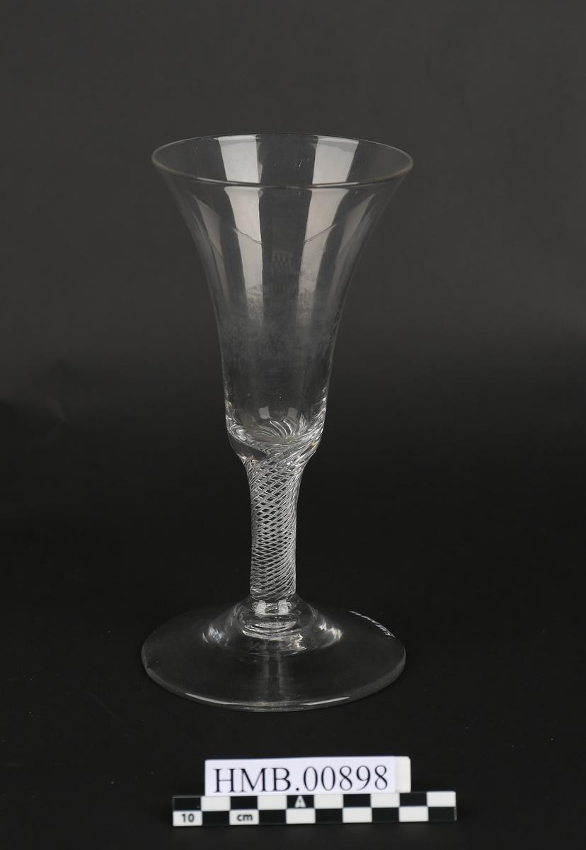 Stettglass med spiraldekor i stilken.