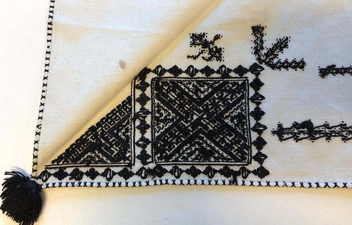 Geometriskt mönster i huvudsak i rätlinjig plattsöm i kvadrater i hörnen. Två bårder mellan kvadraterna på ryggsnibb och framsnibbar.  På ryggsnibben tre kvadrater  och en  majstångsspira samt märkning med årtal och initialer.  På varje framsnibb en kvadrat och en trekant. Fyra ornament