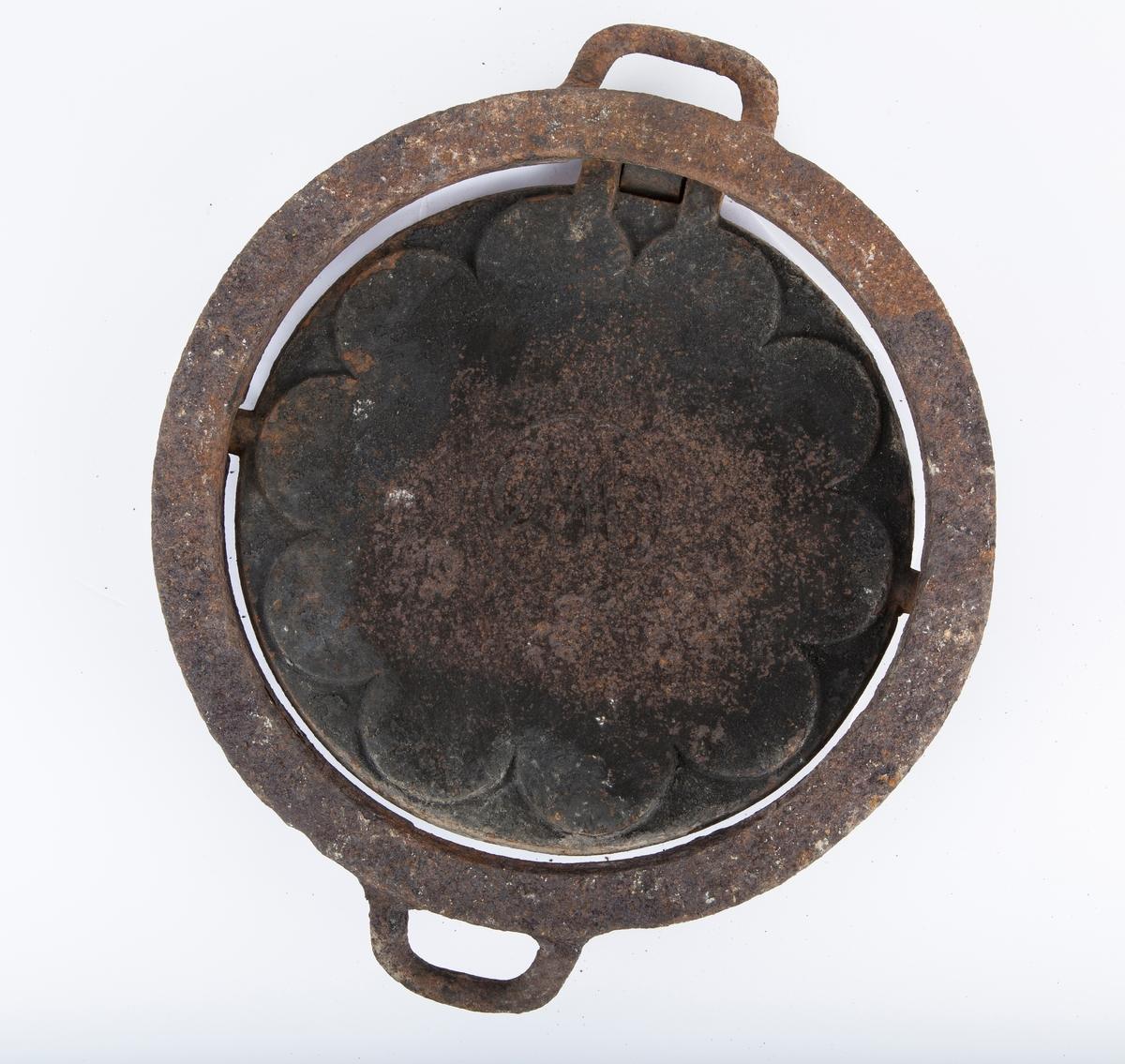 Rundt jern til bruk på vedkomfyr. Med ring