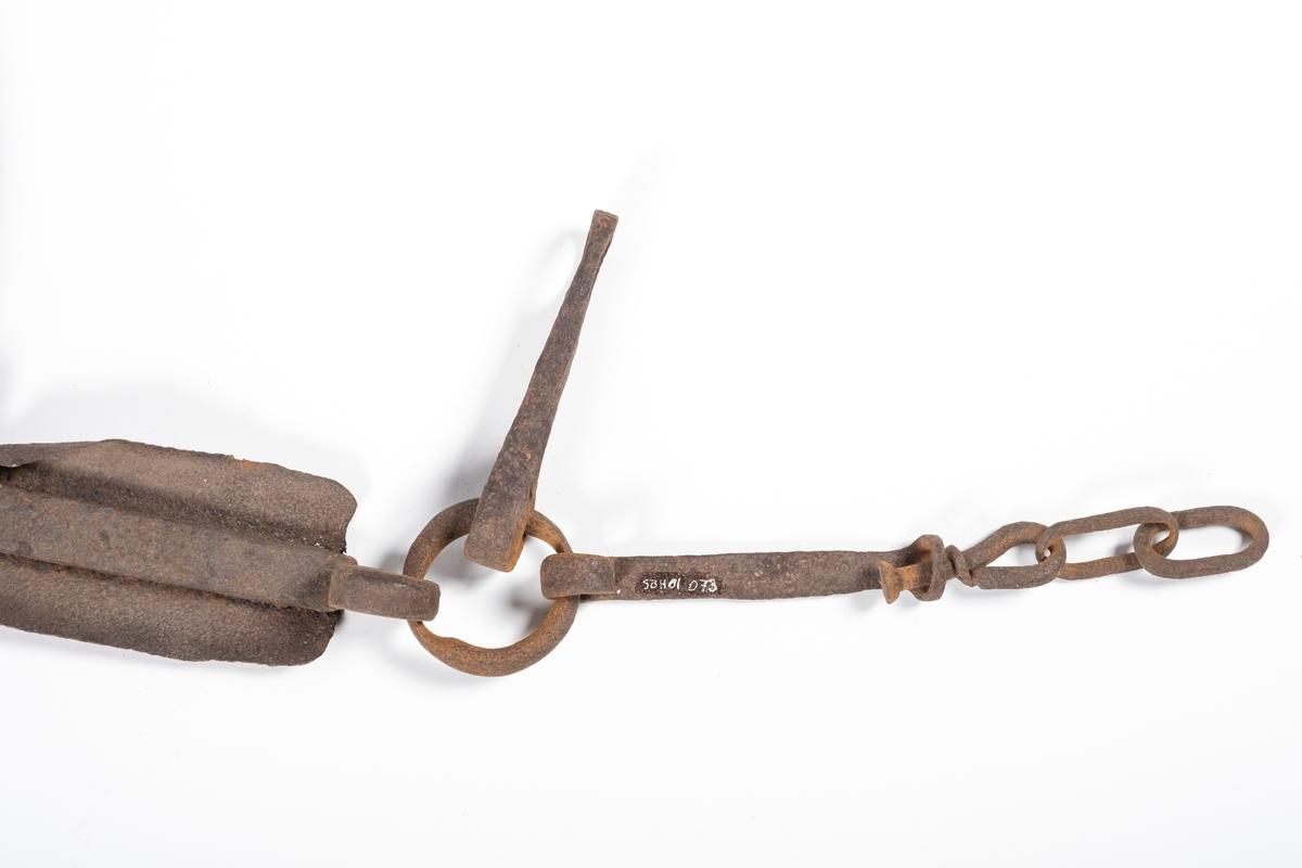 Bogtreet har en buet form som er kraftigere i den ene enden enn den andre. Midt på, og på yttersida av svingen, sitter det et jernbeslag med en ring og to stenger hengende på, og ytterst på disse henger deler av en jernlenke. Den bredeste enden er forsterket med jernbeslag. Og ved den smaleste enden sitter det to firkantede jernkroker.