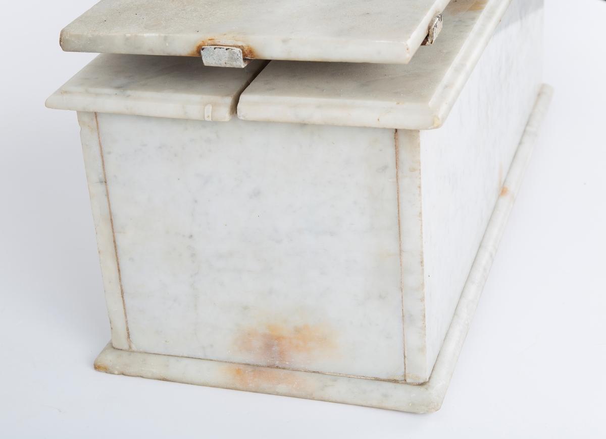 Rektangulær, kasseformet med to veieplater på toppen.