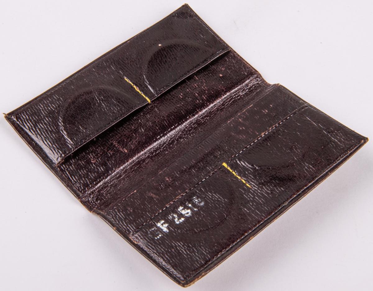 Etui av läder, broderad stramalj. För poletter eller mynt.