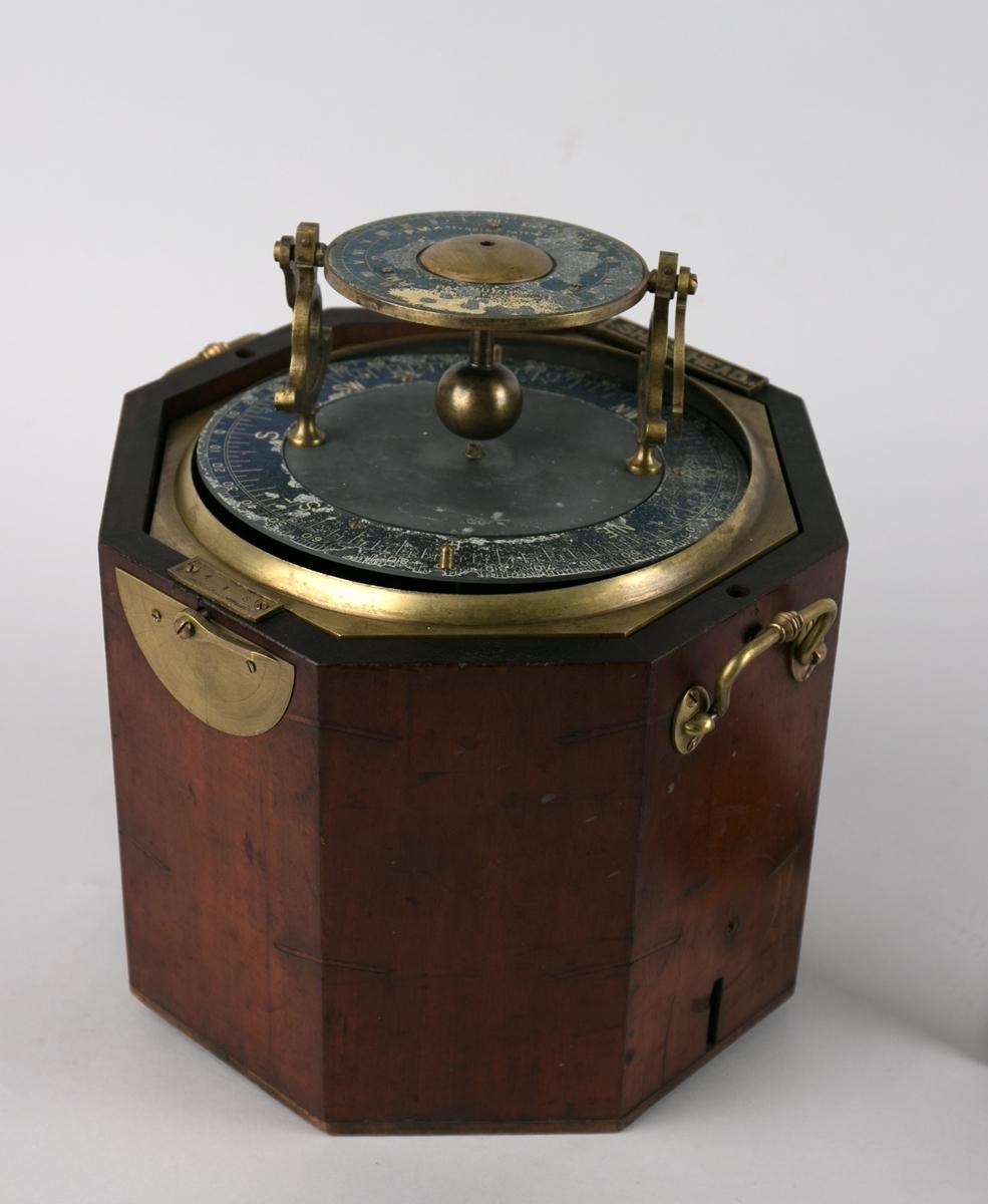 Palinurus kontrollinstument. Deviasjonsinstrument for å kontrollere avvik i kompass. Kontrollinstrument montert i mahognykasse med instrument montert på toppen av kassen. To håndtak på hver side av kassen. Består av to deler.
