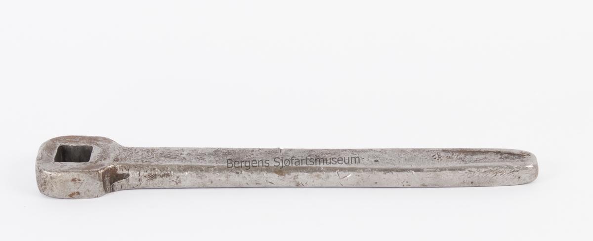 Fastnøkkel. Enkel lukket fastnøkkel størrelse 22 mm til skruer/mutter med firkanthode.