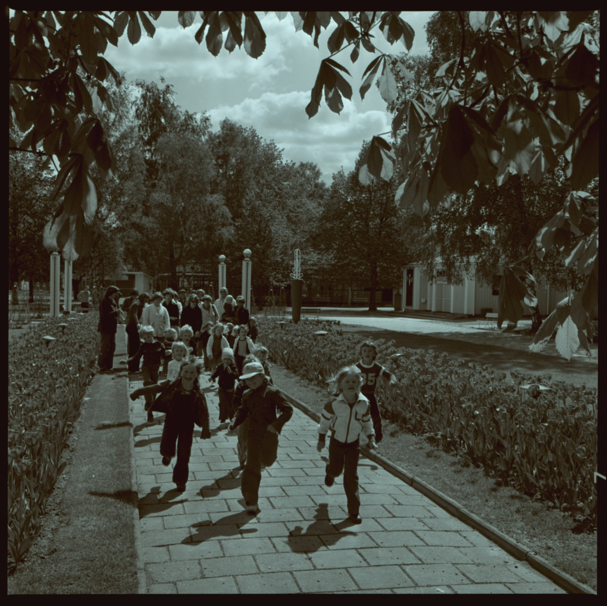 Orig. text: Folkets Park, lekande barn.