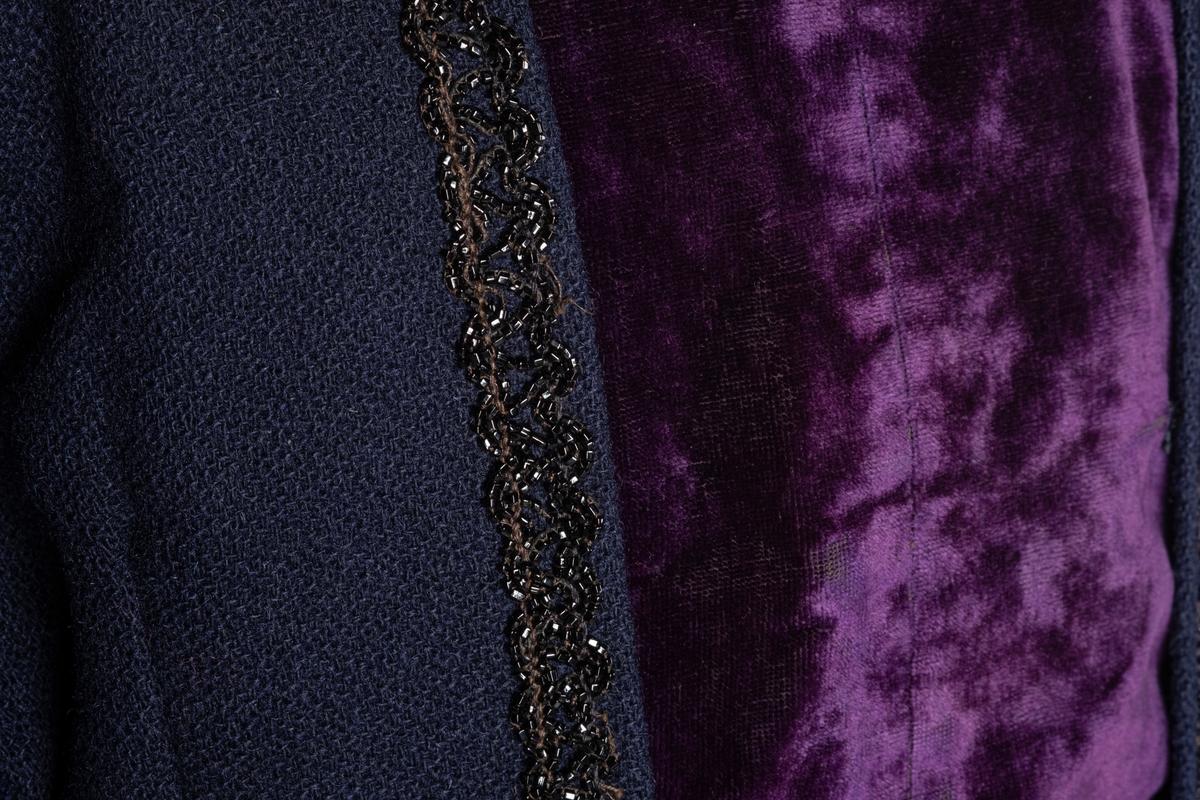 Blått kjoleliv, med hals og forstykke i lilla flløyel. Dekor av sort perlebroderi loddrett i hver side av fløyelen. Nederste kanten på  den ene perleraden kan ha blitt reparert, det er brukt annen tråd, og perler som er større og matte. Jakken er foret innvendig med lyst stoff. Foret hektes sammen i fremkant for lukking av livet, en klaff med lilla fløyel legges over og festes på undersiden av jakkeslaget. Ermene er foret med grått stoff, og fløyelen med sort stoff. Kjolelivet lukkes også med to hemper og hekter i siden på halsen. Kjolelivet festes til skjørtet med to hekter på fremsiden, og tre på baksiden. Innvendig har kjolelivet tre spiler, to i ryggen og en i jakkeslaget.
