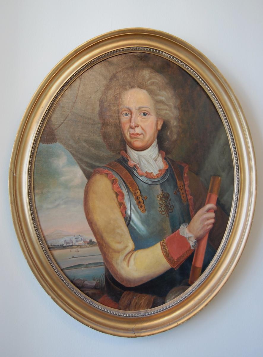 Georg von Bertouch i halvfigur. Holder en rull i høyre hånd, har på seg en rustning (brystplate), hvitt tørkle i halsen. Akershus slott sett fra øst i bakgrunnen. Fredrik 4.'s monogram på brystet.