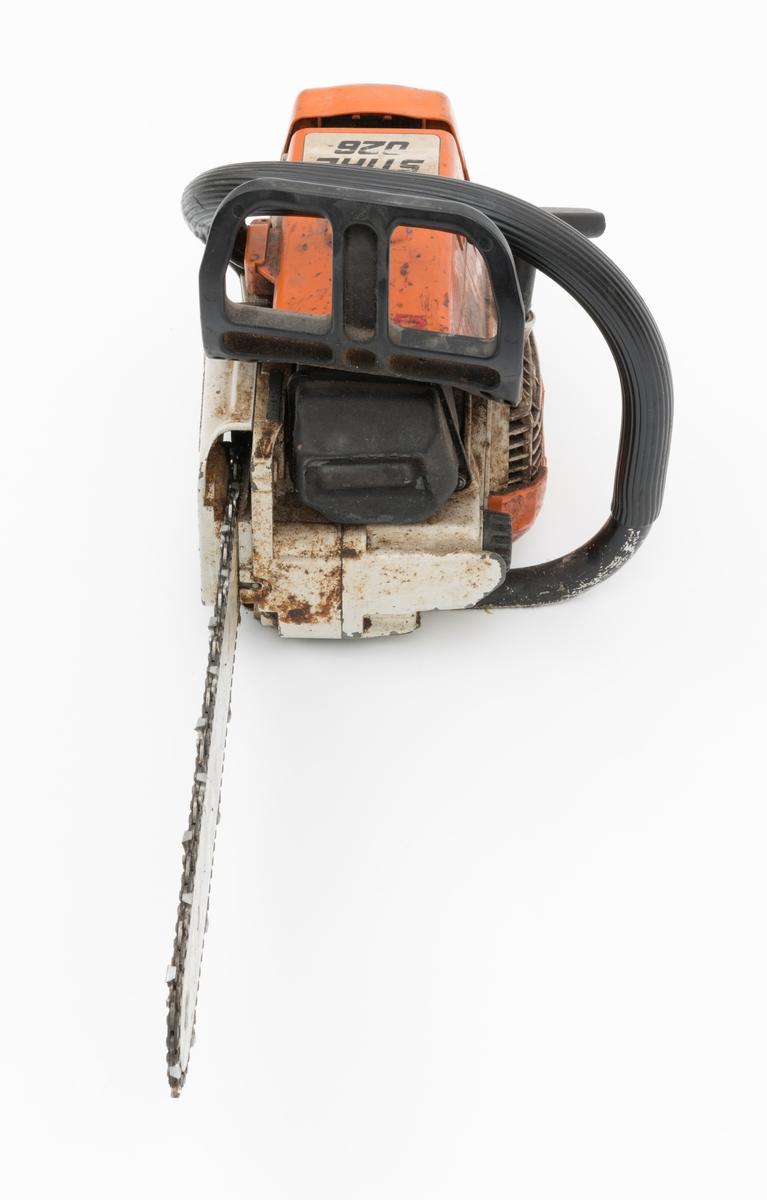 Motorsag av typen Stihl 026 beregnet for en person, enmannssag, med påmontert sverd og sagkjede. For registrator ser saga ut til å være komplett. Stramming av sagkjedet skjer på denne sagmodellen rett inn fra siden på høyre sidedeksel. Forgassersystemet (membranforgasseren) kan snus i ulike vinkler uten at det påvirker motorens gang. Dermed kan saga brukes til felling, kapping og kvisting uten at motoren stopper. Foran fremre håndtaksbøyle er det påmontert en svart vernebøyle/verneskjerm for venstre hånd. Kjedebremsen utløses når bøylen presses fremover og om saga gjør et uventet kast (tilbakeslag). Saga er blant annet utstyrt med varme i håndtakene og en dekompresjonsventil.  Ventilen, som er plassert oppå toppen av sylinderen, reduserer kompresjonstrykket i sylinderen slik at motstanden reduseres under start av saga.   Sags komponenter er i hovedsak utført i stål, aluminium og presstøpte metallegeringer. Det er også endel komponenter i plast og gummi.  Saga har stående sylinder med eksospotte, lydpotte, (lyddemper) i front. Påfylling for bensin på venstre side bak på sagkroppen, tanken er plassert bak motoren. Kjedeoljetanken gjenfinnes foran på motorkroppen med påfylling på venstre side. Fremre håndtaksbøyle, som omslutter sagkroppen, er innfestet under sagkroppen på venstre side. På høyre side er den skrudd fast til sagkroppen rett bak bak sidedekselet.  Bryter for varmen i håndtaket gjenfinnes mellom skruene for innfesting av bøylen i sagkroppen.  Bøylen er  polstret med et svart riflete gummibelegg.  Bakre håndtak, som er utformet som et pistolgrep, har gasshendel og gassperre i montert i håndtaket. Håndtaket har også høyrehåndsvern.  Saga er avvibrert med gummielementer som reduserer vibrasjonene fra sagkroppen og sagkjedet til håndtakene.  Stoppknappen gjenfinnes rett ved siden av det bakre håndtaket. Knappen har tre funksjoner: stopp, choke og halvgass. Tilgang til forgasserens justeringsdyser fås på høyre side av sagkroppen, rett ved siden av luftfilterdek