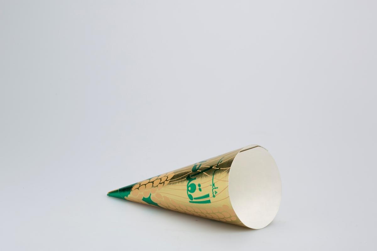 Beige fotspor og linjer sammen med grønn skrift på gullbakgrunn.