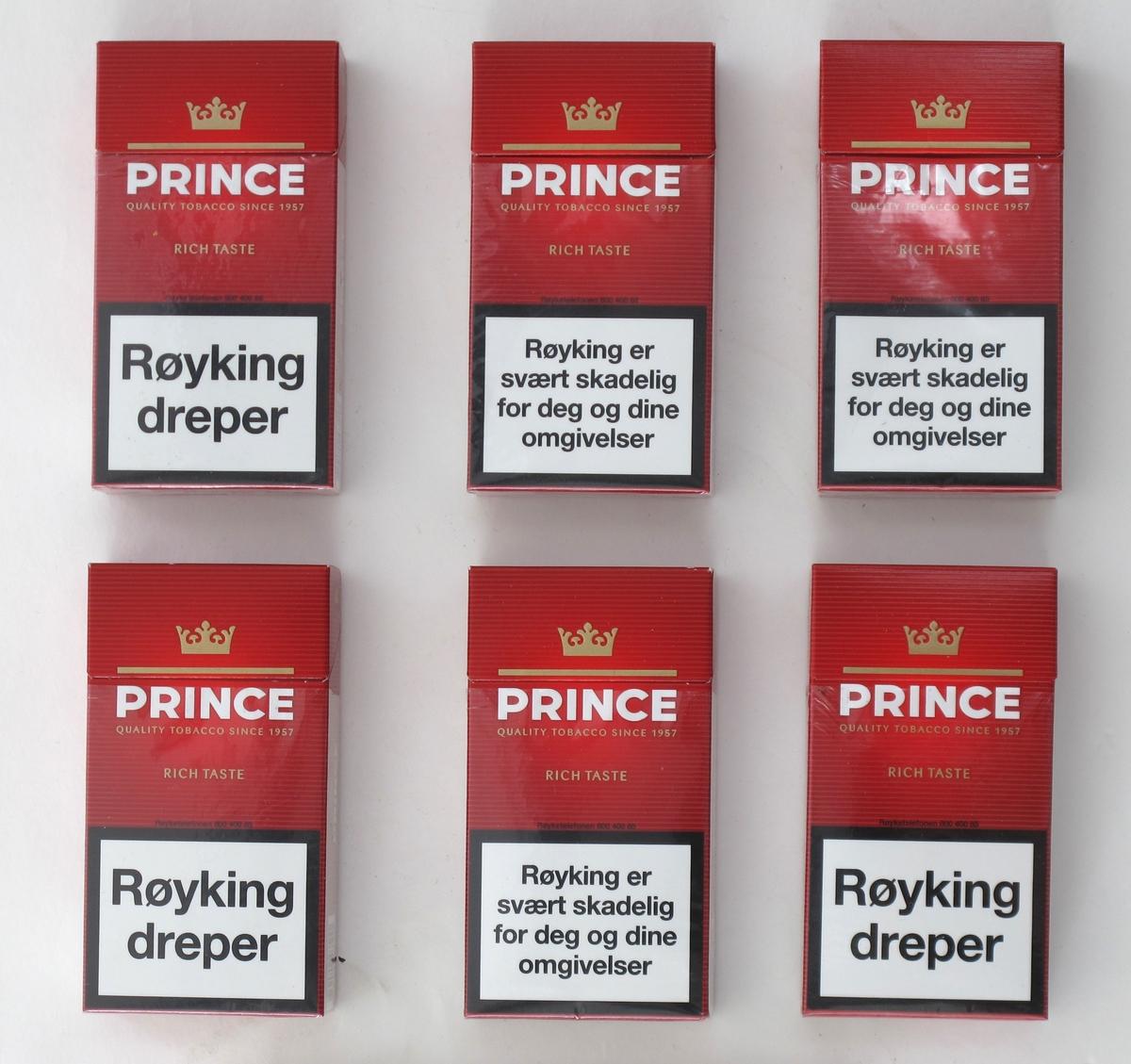 Sigaretteske, 20-pakning, med produsentmerking og påbudt advarsler på begge sider. Rød farge, gull, hvit, sort. Ulike advarsler på eskene. Eskene har originalt plastomslag, men dette er avrevet rundt lokket.
