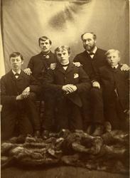 Familiefoto av Hans H. Torstvedt med tre frå Sisjord.  Fotoe