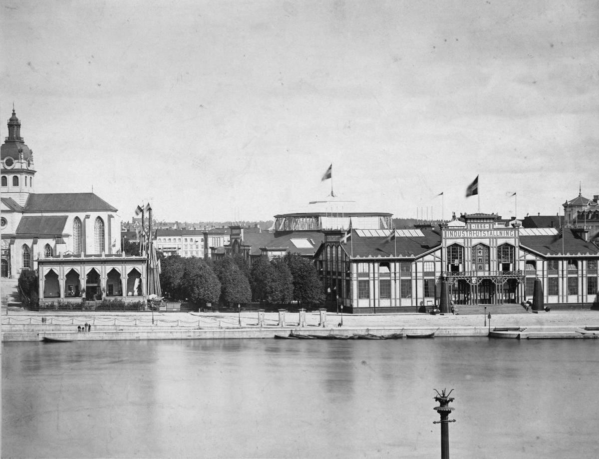 Utställningen var förlagd till Kungsträdgården och Nationalmuseum i Stockholm. Utställningsarkitekt var A. W. Edelsvärd.